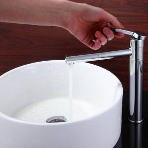 Bekannt als Badezimmerwaschbecken mit heißem und kaltem Wasserhahn, das rotierendes Kupfer aufhellt