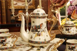 Porzellan Kaffee Set Elfenbein Porzellan Gott Pferde Design Umriss in Gold 8pcs Kaffeetasse Set Kaffeekanne Kaffeekanne Tee Tablett